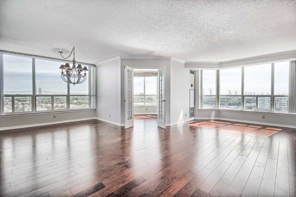 Spacious 2 Beds + Den, 2 Baths Pickering Condo in Popular Discovery Place